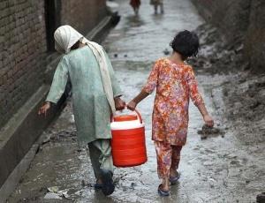 Meninas carregam galão de água potável no Paquistão após inundações. País sofria com as secas e agora sofre com as chuvas em excesso