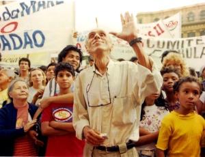 """O sociólogo brasileiro Herbert de Souza, o Betinho, durante lançamento da campanha """"Natal Sem Fome"""", no Rio de Janeiro (RJ), em 1996"""