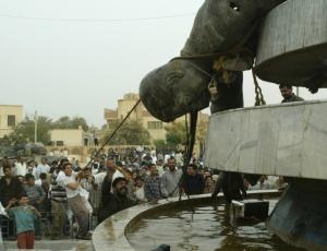 Iraquianos derrubam estátua de Saddam Hussein<br> em Karbala, com a ajuda de soldados da coalizão