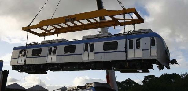 Trens do metrô são retirados do depósito, em imagem de 2008
