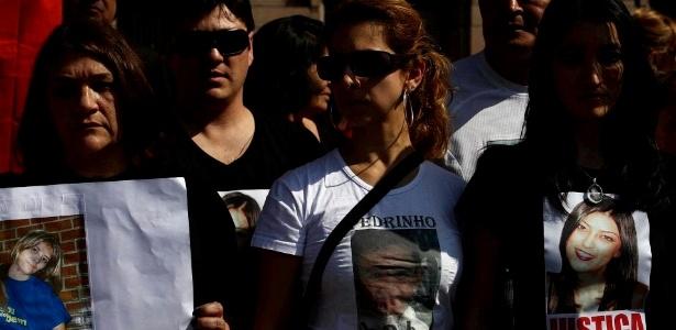 Parentes da advogada Mércia Nakasima e de outras vítimas de violência realizaram uma manifestação na tarde desta sexta-feira (20) em frente ao Tribunal de Justiça na praça da Sé