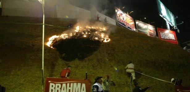 Foco de incêndio provocado pela grande queima de fogos de artifício em Barretos