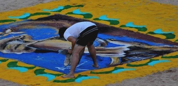 Um enorme tapete coloridofoi montado no centro da arena de Barretos neste sábado (21)