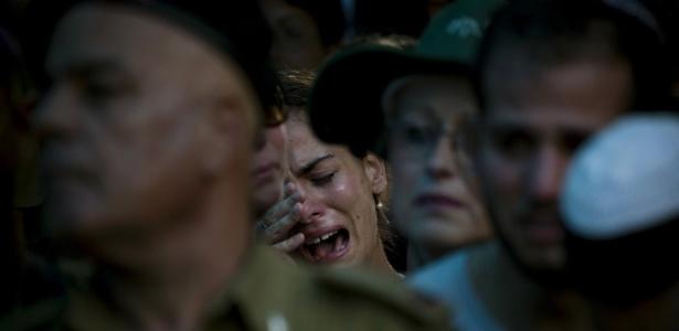 Amigos e parentes do militar israelense morto em conflito na fronteira com o Líbano
