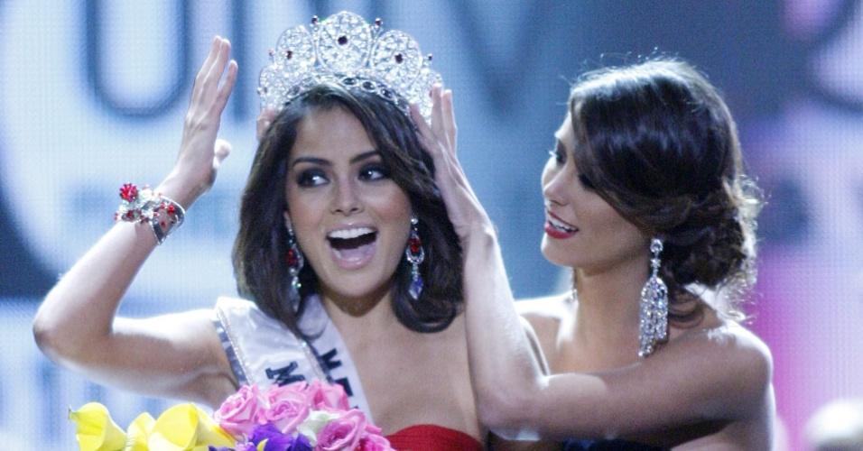 A miss México, Jimena Navarrete, recebe a coroa de Miss Universo 2010 de sua antecessora, Stefania Fernandez, ao final do evento em Las Vegas