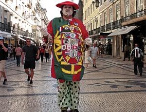 Homem se apresenta como estátua viva na rua Augusta, no centro de Lisboa