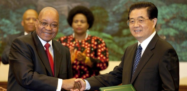 O presidente sul-africano, Jacob Zuma, aperta a mão de seu homólogo chinês Hu Jintao, durante cerimônia no Grande Palácio do Povo, em Pequim, para discussão de acordos econômicos
