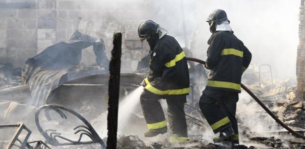 Bombeiros combatem incêndio na manhã de hoje; duas favelas na zona sul de SP registraram fogo