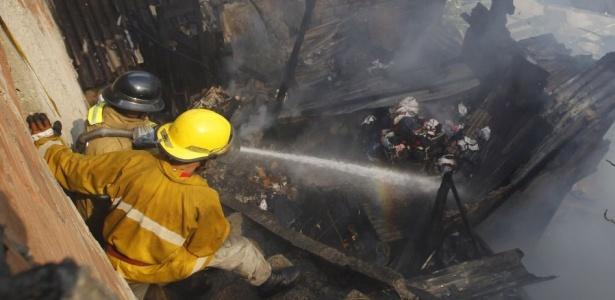 Incêndio atingiu pelo menos duas casas no morro da Providência, no centro do Rio
