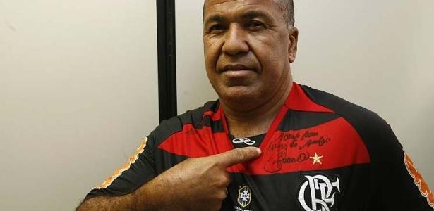 Funcionário da Vara Criminal mostra autógrafo que pediu ao goleiro Bruno