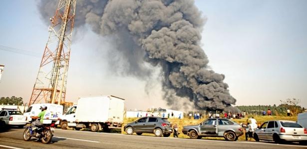 Segundo informações do Corpo de Bombeiros, o fogo começou às 15h. Não há registro de vítimas