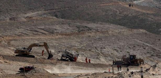 Máquinas preparam caminho para máquina Xtrata 950, que vai perfurar o buraco pelo qual serão resgatados os mineiros presos em mina no Chile. Operação vai levar meses para ser concluída