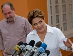 Ao lado do presidente do PT, José Eduardo Dutra, Dilma sinaliza para atrair atuais rivais