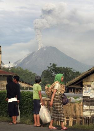 Milhares fogem da erupção do vulcão indonésio Sinabung despertado depois de 400 anos