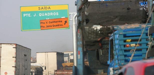 """Placas se """"atrapalham"""" entre as pontes da Casa Verde e das Bandeiras na marginal Tietê"""