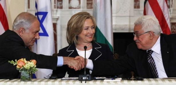 Em 2/9, Netanyahu (esq.) e Abbas cumprimentam-se diante de Hillary; veja histórico da negociação