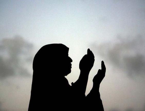 Mulher palestina reza a primeira das cinco orações diárias feitas pelos mulçumanos, em Gaza