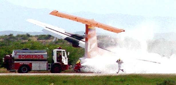 Bombeiros chegam ao local do acidente da aeronave da Conviasa, na Venezuela; veja mais fotos