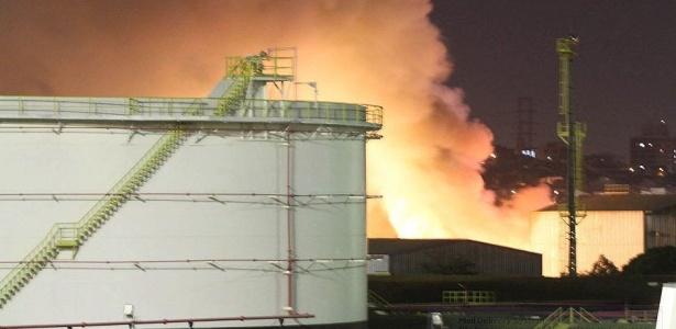 Fogo atinge fábrica em São Caetano do Sul, no ABC paulista, na noite desta segunda-feira