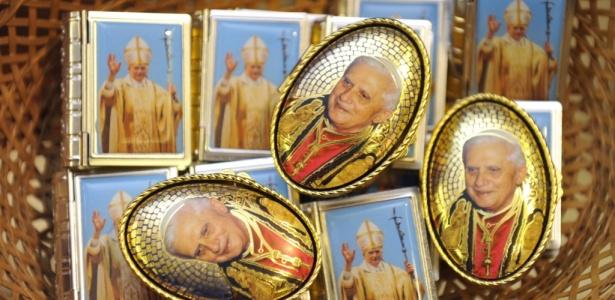 Itens com imagem do papa Bento 16 são vendidos no Reino Unido durante visita do pontífice