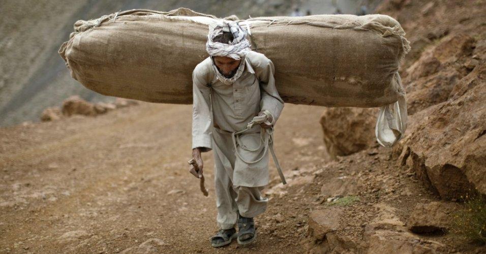 Afegão carrega material eleitoral para vilarejo onde não há estradas, na província de Panjshir