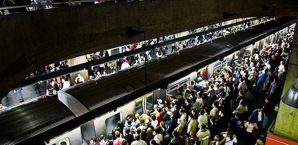 Plataforma lotada na Linha 3-Vermelha durante o caos dessa terça-feira (21) - Alessandro Shinoda/Folhapress