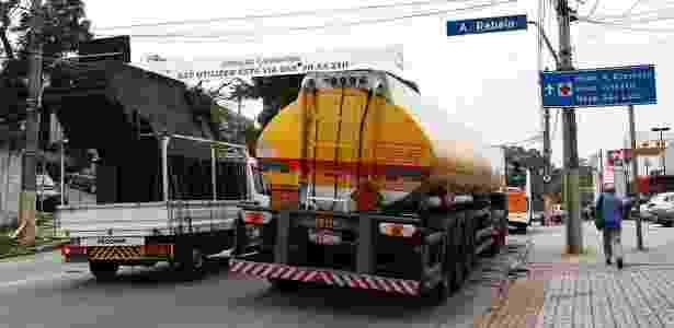 Mesmo proibidos, caminhões desrespeitaram restrições e continuaram trafegando pelo Morumbi  no final de setembro, quando a regra foi aplicada na região - Rahel Patrasso/Futura Press