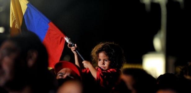Criança segura bandeira da Venezuela em grupo de apoiadores de Chávez; <b>VEJA MAIS FOTOS</b>