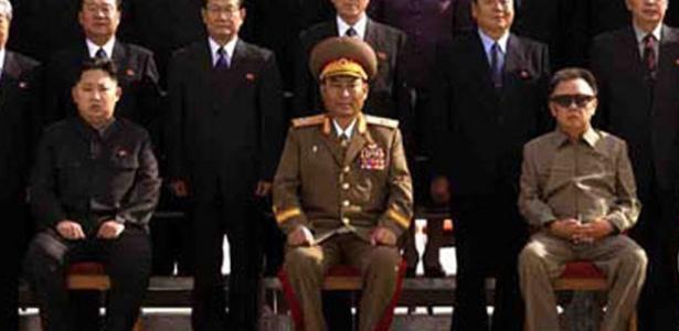 Jornal norte-coreano Rodong Sinmun publicou nesta quinta-feira (30) a primeira foto oficial de Kim Jong-un, filho mais novo do ditador Kim Jong-il