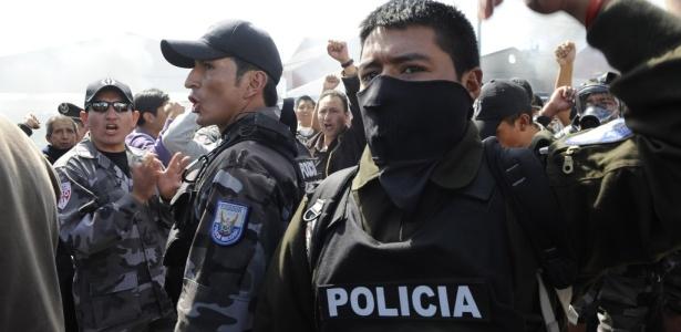 Policiais protestam contra o governo de Rafael Correa no quartel do Regimento Quito, na capital - Rodrigo Buendia/AFP