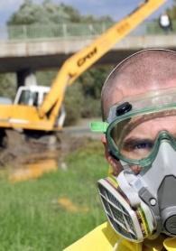 Ativista do Greenpeace se prepara para coletar amostra da água contaminada em Morichida (Hungria)