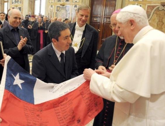 Papa Bento 16 recebe bandeira do Chile assinada pelos 33 mineiros presos