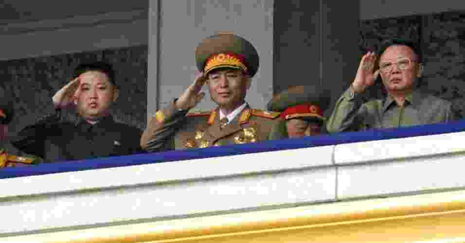 A TV estatal norte-coreana mostrou imagens ao vivo do líder Kim Jong-il (dir.) acompanhado do filho, Kim Jong-un (esq.), apontado como seu provável sucessor, acompanhando uma parada militar - Kyodo News/AP