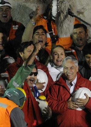 Último mineiro a sair da mina San José, Luis Urzúa comemora ao lado do presidente chileno - Juan Mabromata/AFP