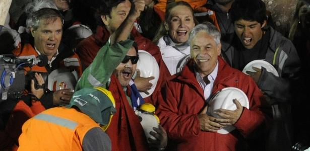 Último mineiro a sair da mina San José, Luis Urzúa comemora ao lado do presidente chileno