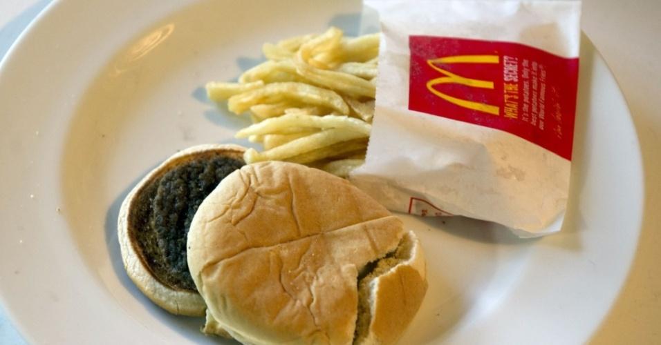 Uma mulher que comprou há seis meses um hambúrguer com batatas fritas do McDonad's afirma que a comida está praticamente idêntica a de quando foi comprada
