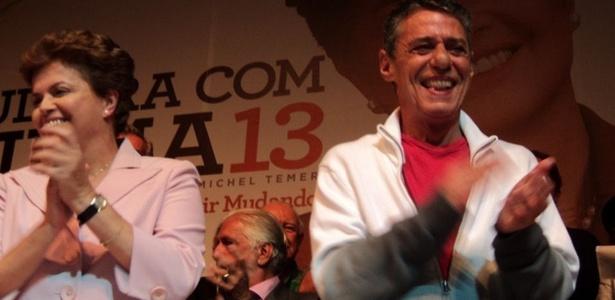 Dilma Rousseff e o cantor Chico Buarque aplaudem manifestação dos artistas em evento no RJ