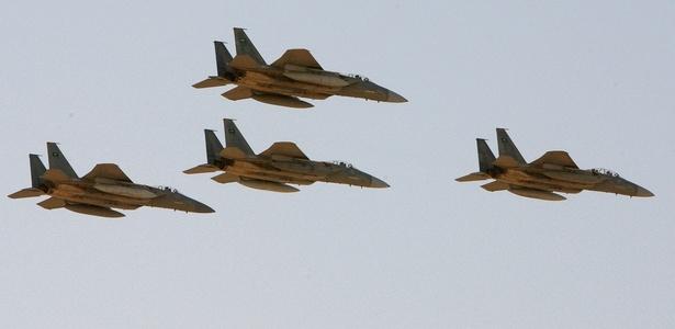 Caças F-15 da Arábia Saudita sobrevoam a capital, Riad, em demonstração em janeiro de 2009
