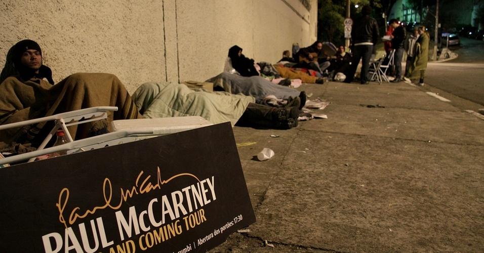 Fãs de Paul McCartney fazem fila durante a madrugada no estádio do Pacaembu, na zona oeste de São Paulo, para comprarem ingressos para o show do cantor