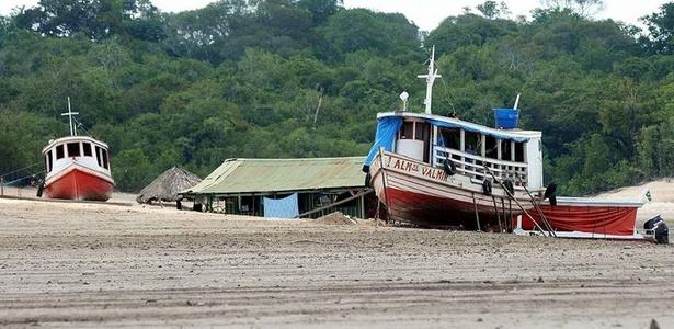 Barcos no leito seco do rio Negro, a 120 km de Manaus; VEJA MAIS FOTOS
