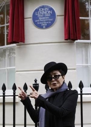 Yoko Ono em frente à placa que homenageia John Lennon - Mario Cacciottolo/BBC News