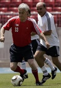 O presidente chileno, Sebastian Piñera, e o mineiro e ex-jogador de futebol Franklin Lobos disputam a bola