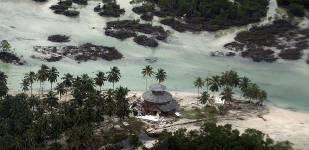 Foto aérea mostra bangalô destruído pelo tsunami de segunda-feira na ilha de Pagai, na Indonésia