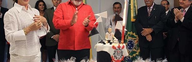 Lula comemora aniversário em seu gabinete com direito à bolo do Corinthians
