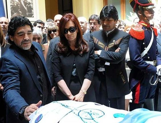 Diego Maradona, Cristina Kirchner e o boliviano Evo Morales no velório de Néstor Kirchner