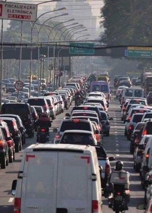 Zona sul de São Paulo tem trânsito intenso na manhã desta sexta-feira (29), véspera de feriado prolongado; veja mais fotos do dia