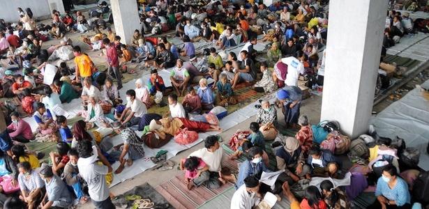 Centenas de pessoas são evacuadas de suas casas por causa da erupção do vulcão Merapi