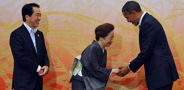 Presidente dos EUA, Barack Obama (direita), é recebido pelo Primeiro Ministro japonês Naoto Kan (esquerda) e sua esposa Nobuko no início do Fórum de Cooperação Econômica Ásia-Pacífico (APEC), em Yokohama, no Japão