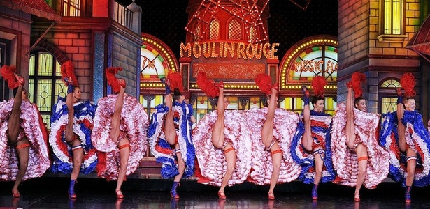 Equipe do Moulin Rouge, que leva espetáculo a Nova York - Miguel Medin/AFP