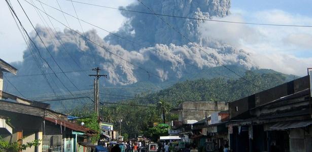 Moradores observam fumaça expelida pelo vulcão no monte Bulusan, no leste das Filipinas